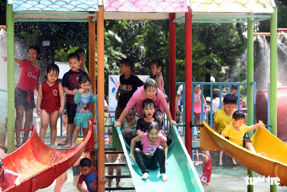 Thảo cầm viên Sài Gòn đông nghẹt khách đến chơi lễ - Ảnh 7.