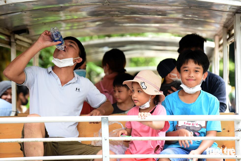 Thảo cầm viên Sài Gòn đông nghẹt khách đến chơi lễ - Ảnh 8.