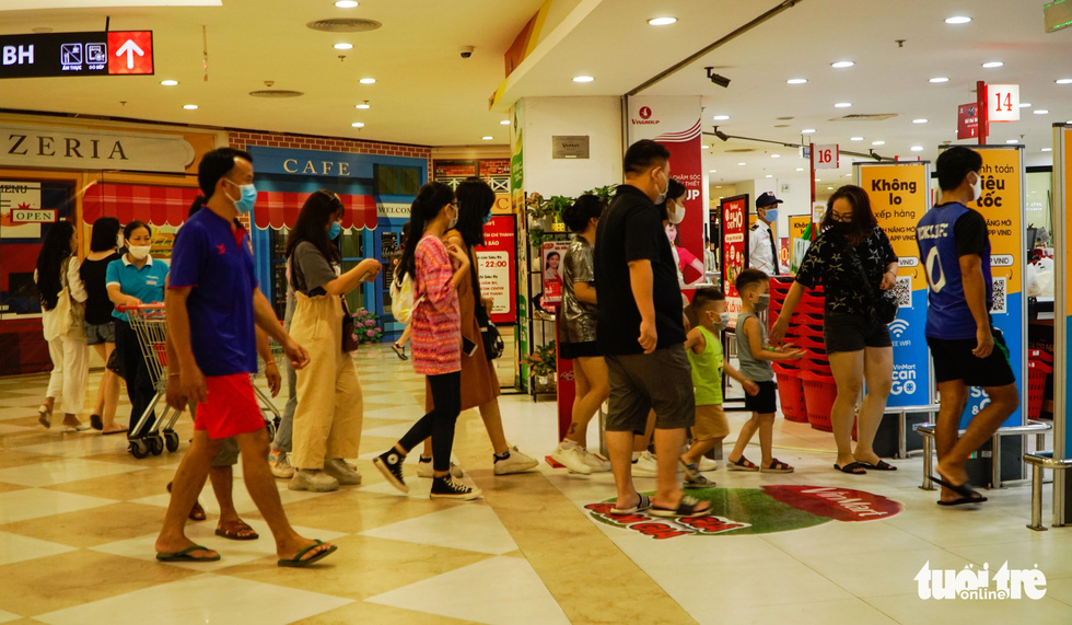 Nắng nóng, các địa điểm vui chơi 2-9 ngoài trời ở Hà Nội thưa người - Ảnh 6.