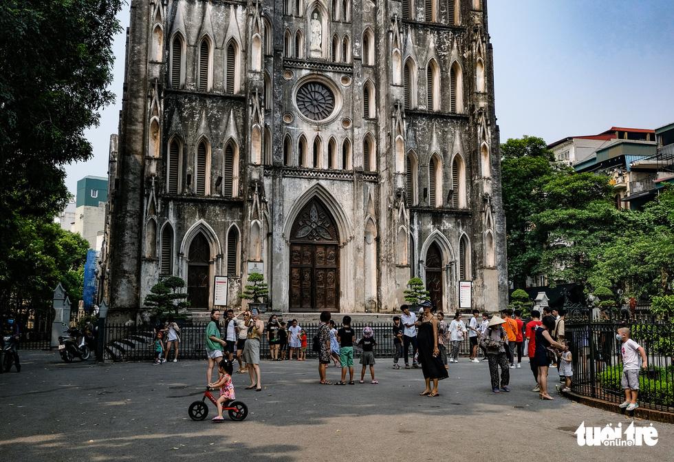 Nắng nóng, các địa điểm vui chơi 2-9 ngoài trời ở Hà Nội thưa người - Ảnh 1.
