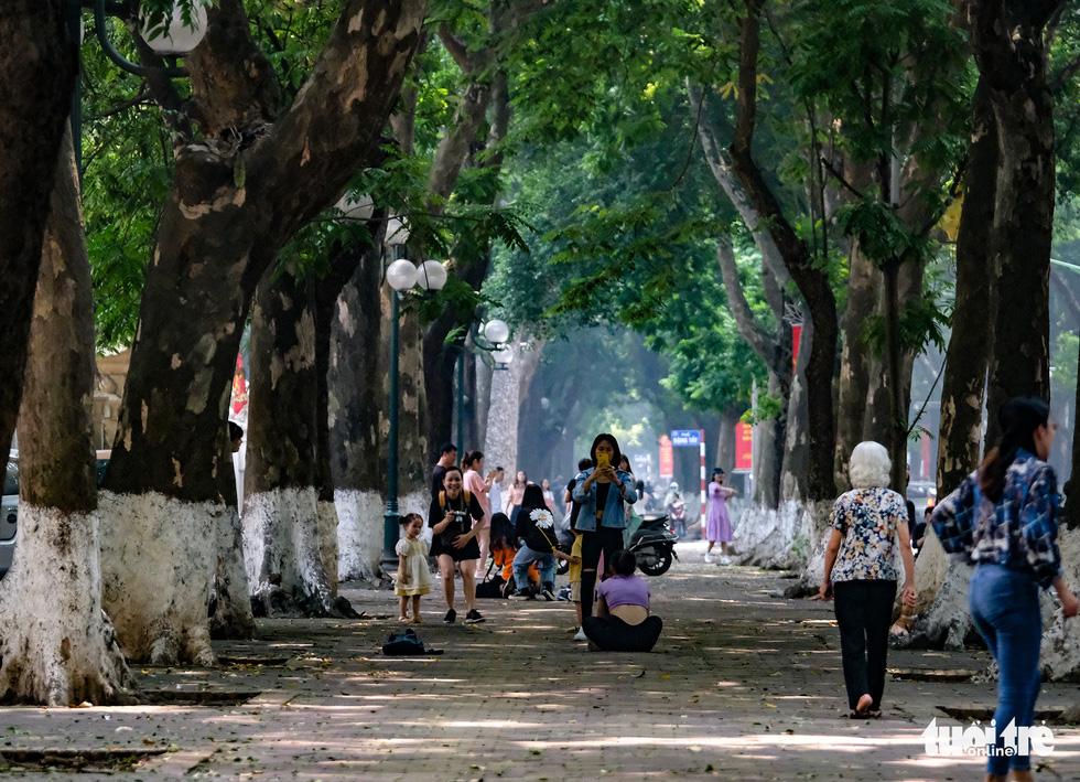 Nắng nóng, các địa điểm vui chơi 2-9 ngoài trời ở Hà Nội thưa người - Ảnh 2.