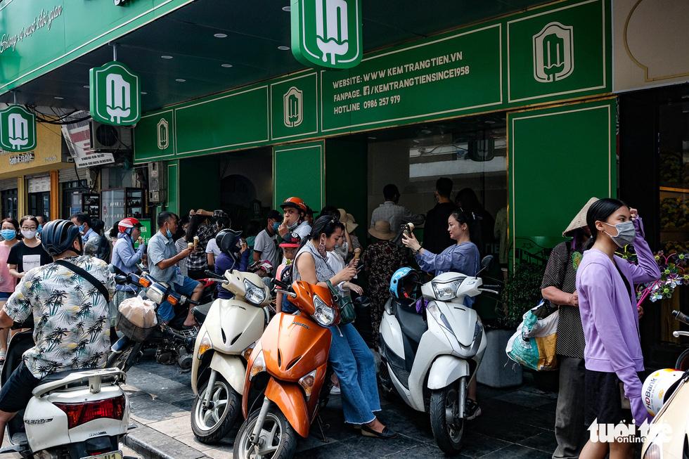 Nắng nóng, các địa điểm vui chơi 2-9 ngoài trời ở Hà Nội thưa người - Ảnh 3.