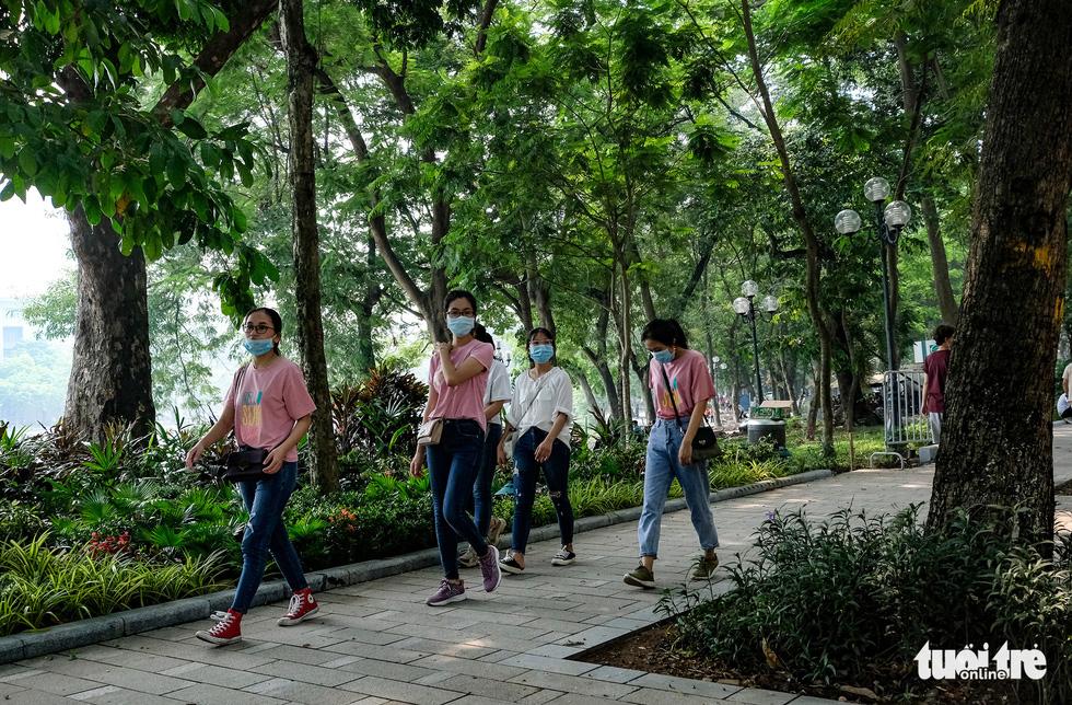 Nắng nóng, các địa điểm vui chơi 2-9 ngoài trời ở Hà Nội thưa người - Ảnh 5.