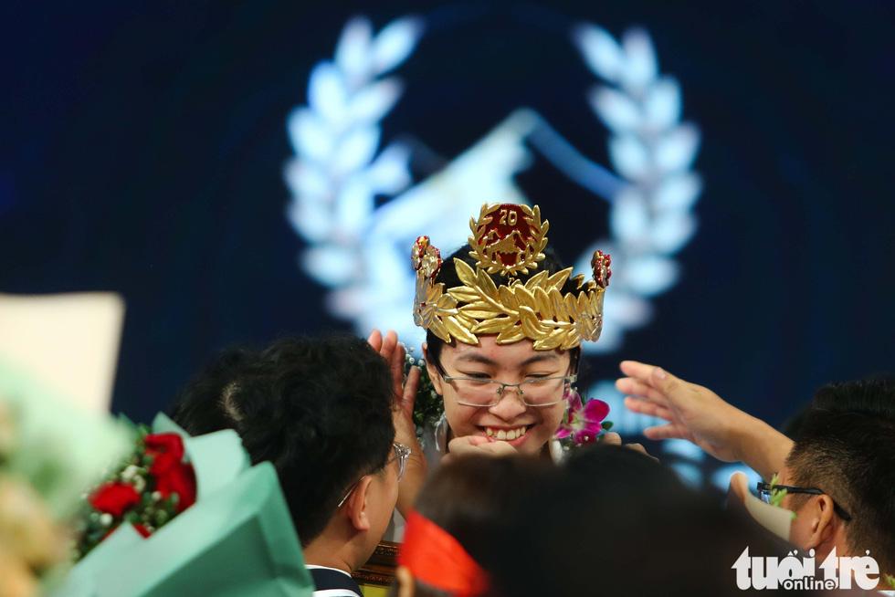 Chung kết Olympia: Đôi tất xanh của cha và giọt nước mắt của nhà vô địch - Ảnh 2.