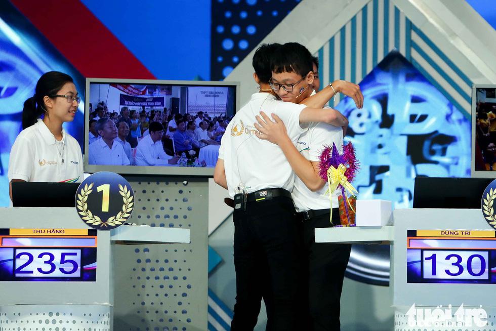 Chung kết Olympia: Đôi tất xanh của cha và giọt nước mắt của nhà vô địch - Ảnh 8.