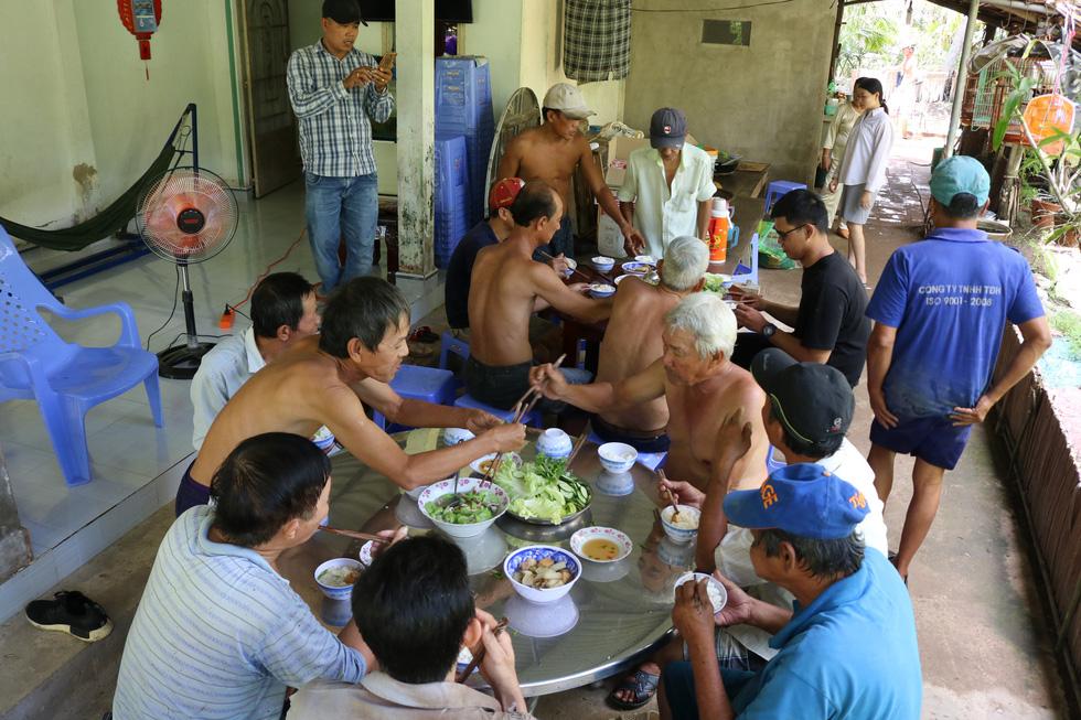 Đội xích lô Sài Gòn về quê giúp bà con làm đường bêtông - Ảnh 9.