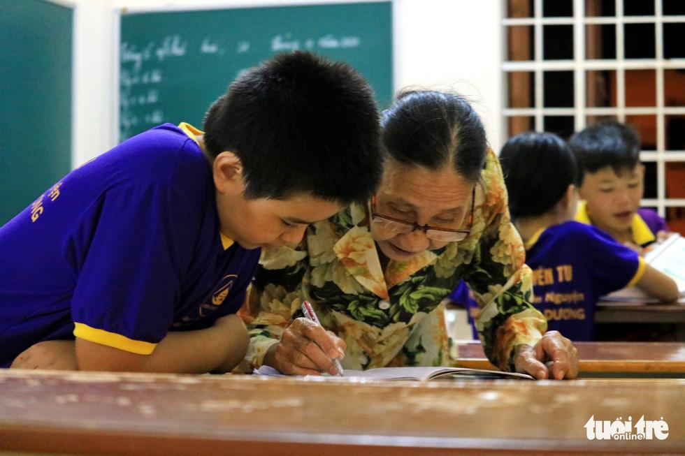 Bà giáo về hưu sáng bán vé số, chiều gieo con chữ ở lớp học tình thương - Ảnh 1.
