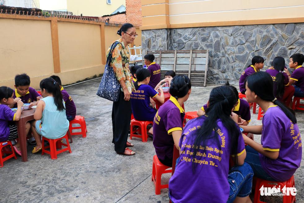 Bà giáo về hưu sáng bán vé số, chiều gieo con chữ ở lớp học tình thương - Ảnh 2.