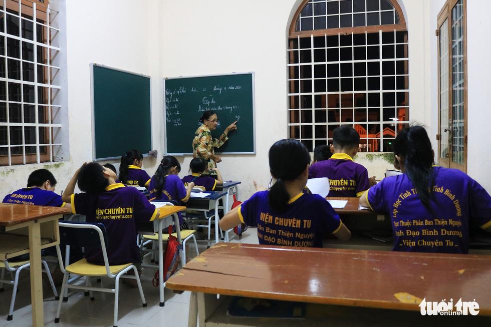 Bà giáo về hưu sáng bán vé số, chiều gieo con chữ ở lớp học tình thương - Ảnh 5.