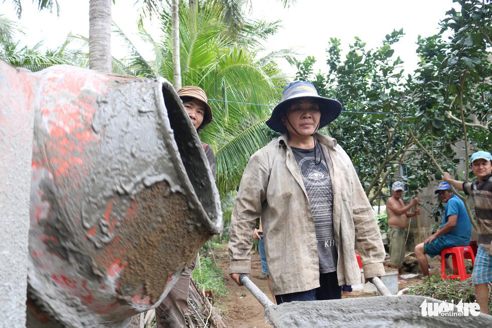 Đội xích lô Sài Gòn về quê giúp bà con làm đường bêtông - Ảnh 2.