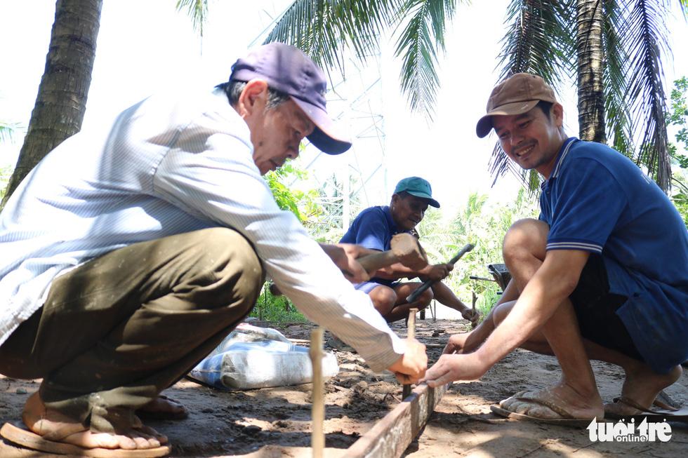 Đội xích lô Sài Gòn về quê giúp bà con làm đường bêtông - Ảnh 4.