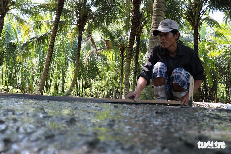 Đội xích lô Sài Gòn về quê giúp bà con làm đường bêtông - Ảnh 7.