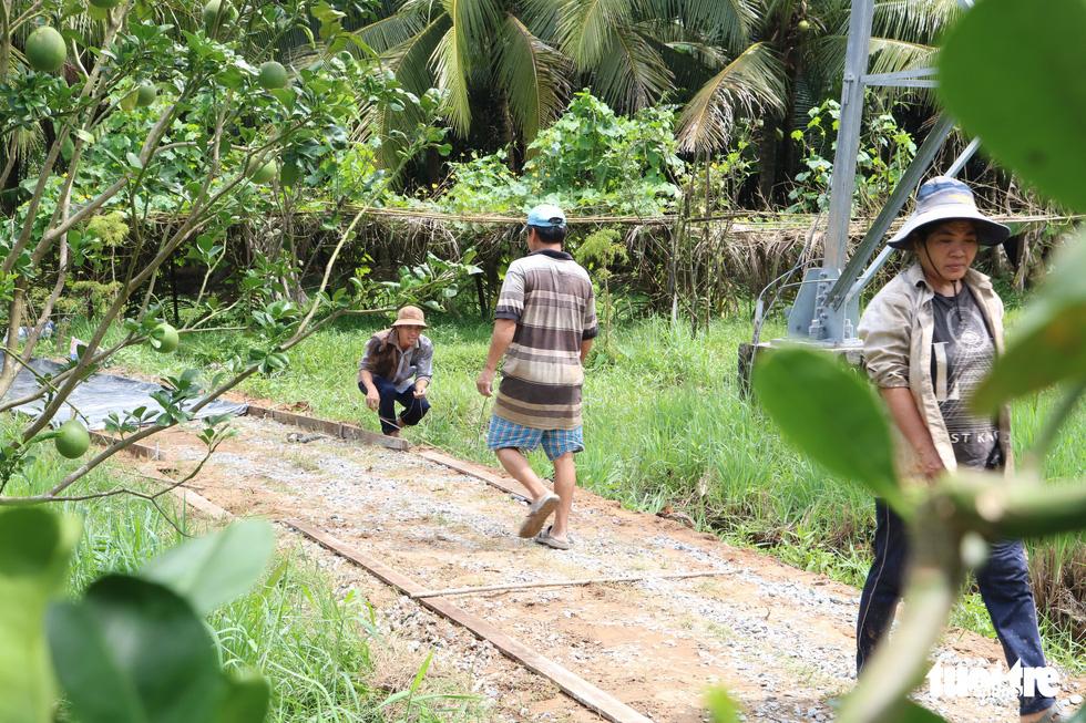 Đội xích lô Sài Gòn về quê giúp bà con làm đường bêtông - Ảnh 1.