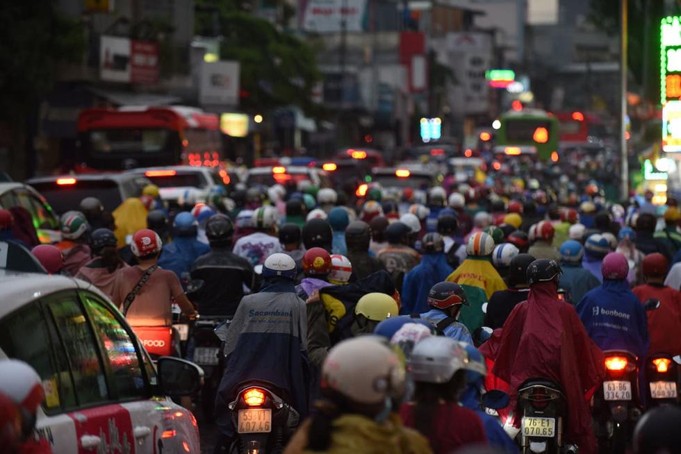 Cây bật gốc đổ ngang đường Nguyễn Tri Phương làm 1 người bị thương, ngập và kẹt xe nhiều nơi - Ảnh 14.