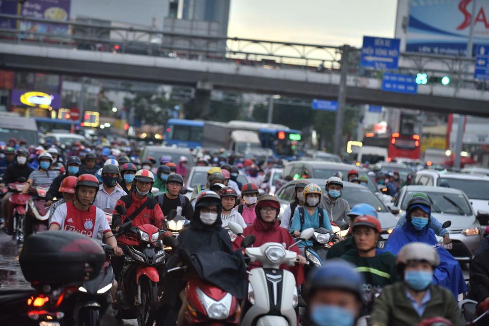 Cây bật gốc đổ ngang đường Nguyễn Tri Phương làm 1 người bị thương, ngập và kẹt xe nhiều nơi - Ảnh 12.