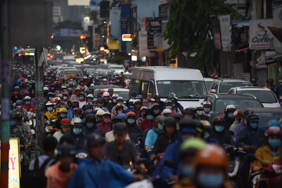 Cây bật gốc đổ ngang đường Nguyễn Tri Phương làm 1 người bị thương, ngập và kẹt xe nhiều nơi - Ảnh 13.