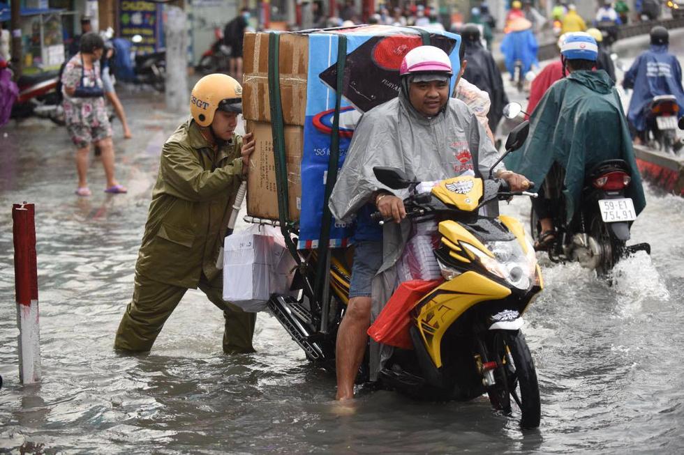 Cây bật gốc đổ ngang đường Nguyễn Tri Phương làm 1 người bị thương, ngập và kẹt xe nhiều nơi - Ảnh 11.