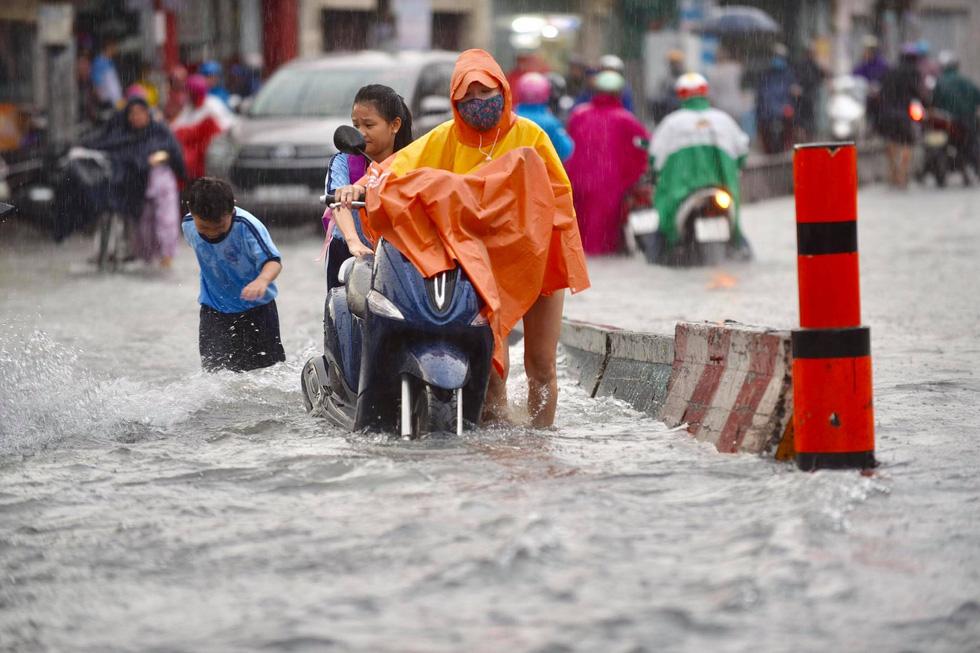 Cây bật gốc đổ ngang đường Nguyễn Tri Phương làm 1 người bị thương, ngập và kẹt xe nhiều nơi - Ảnh 10.