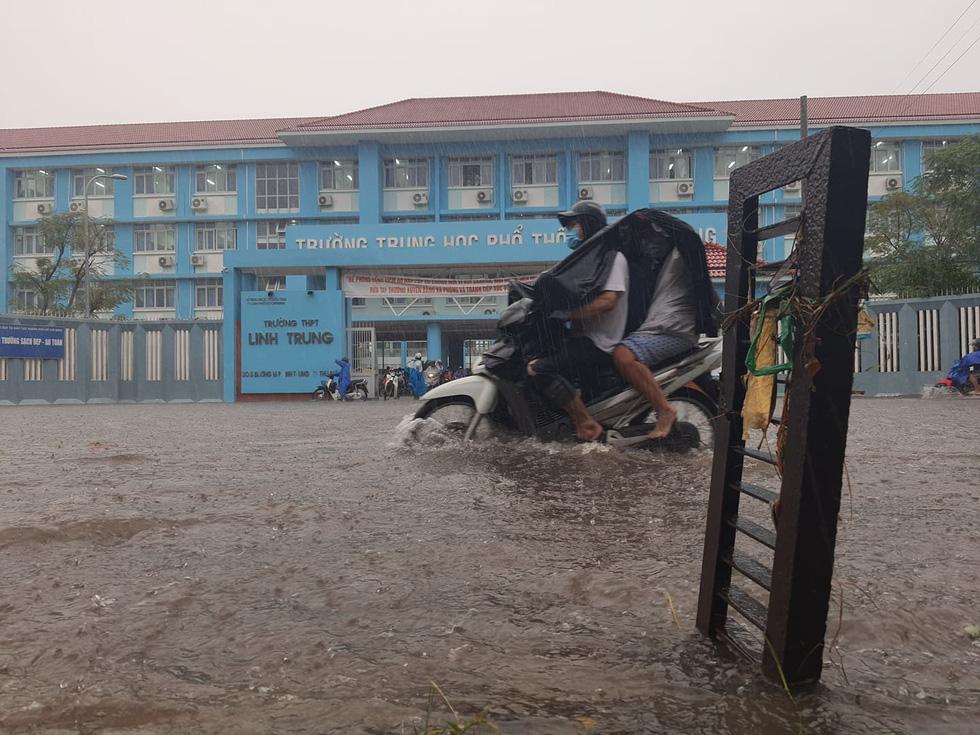 Cây bật gốc đổ ngang đường Nguyễn Tri Phương làm 1 người bị thương, ngập và kẹt xe nhiều nơi - Ảnh 8.