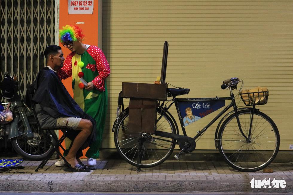 Chàng trai thích đạp xe cắt tóc đẹp như ở tiệm cho người vô gia cư - Ảnh 3.