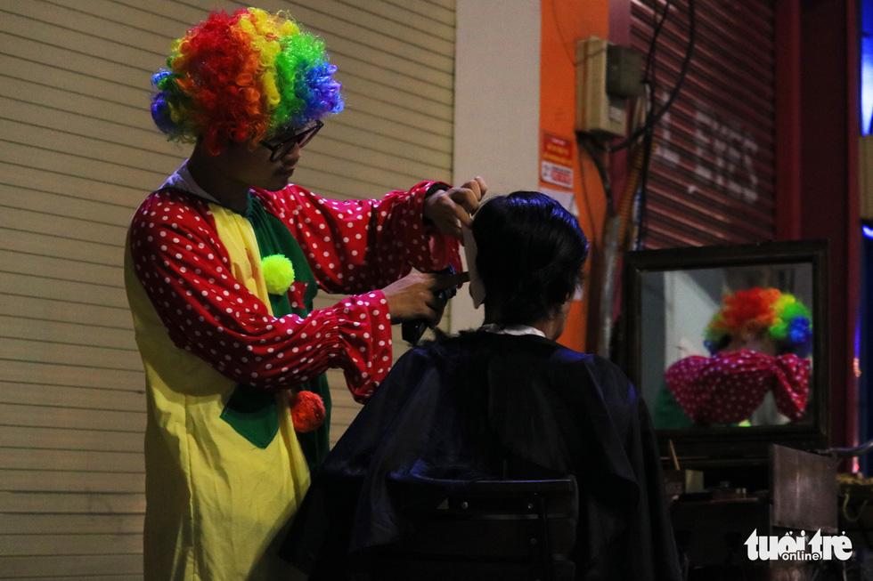Chàng trai thích đạp xe cắt tóc đẹp như ở tiệm cho người vô gia cư - Ảnh 4.