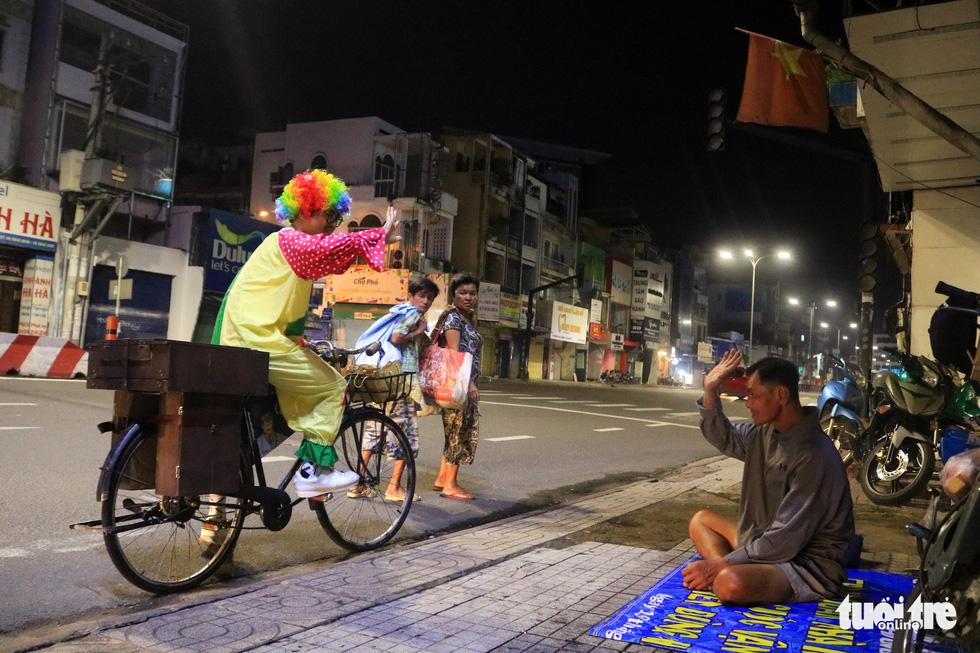 Chàng trai thích đạp xe cắt tóc đẹp như ở tiệm cho người vô gia cư - Ảnh 5.