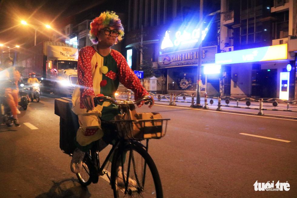 Chàng trai thích đạp xe cắt tóc đẹp như ở tiệm cho người vô gia cư - Ảnh 6.