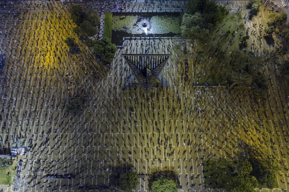 Ảnh đàn cá bơi thành hình trái tim đoạt giải Bức ảnh của năm chụp bằng flycam - Ảnh 2.