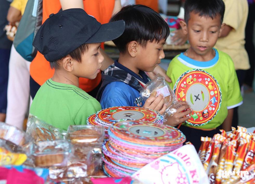 Trẻ em nghèo vui nhận bánh trung thu do sinh viên làm - Ảnh 5.