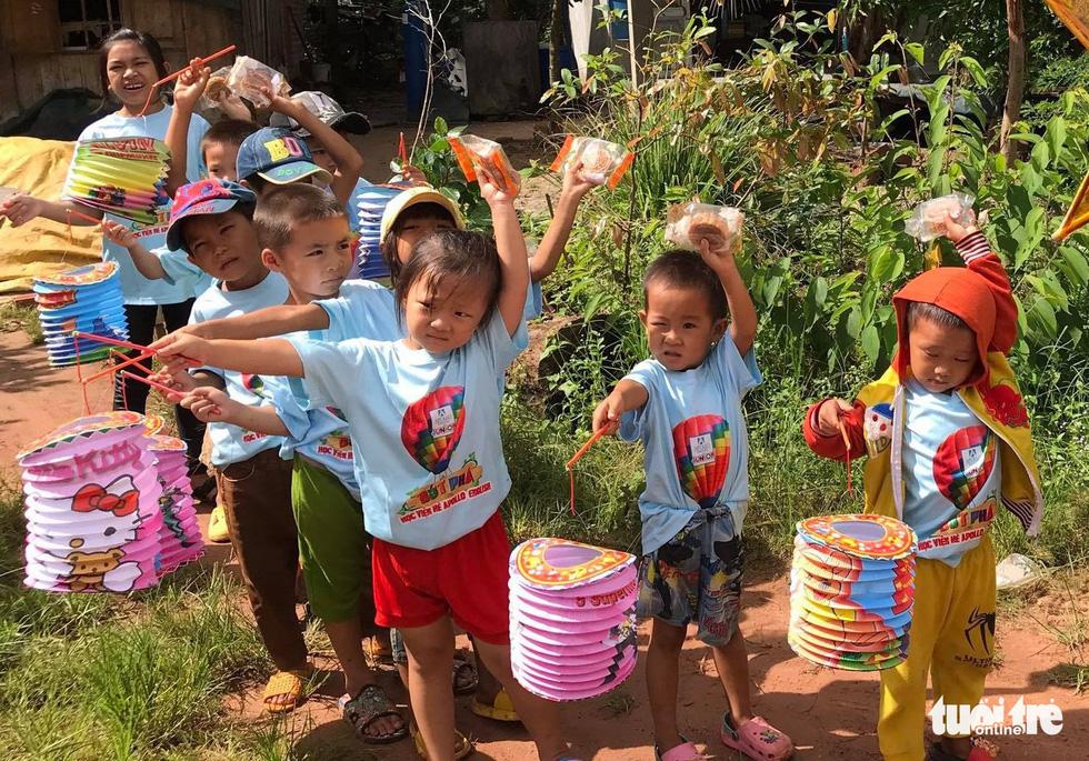 Trẻ em nghèo vui nhận bánh trung thu do sinh viên làm - Ảnh 1.
