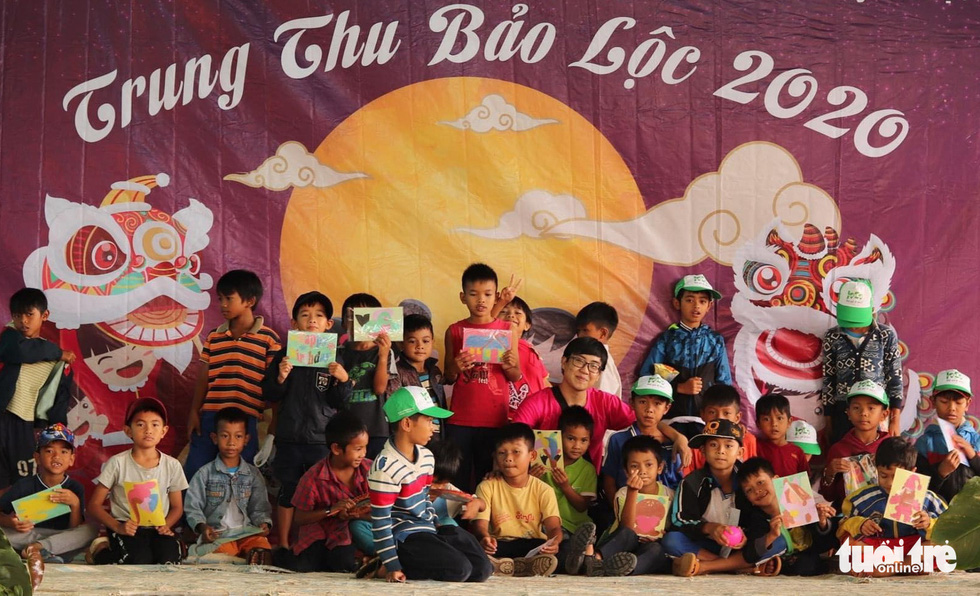 Trẻ em nghèo vui nhận bánh trung thu do sinh viên làm - Ảnh 6.