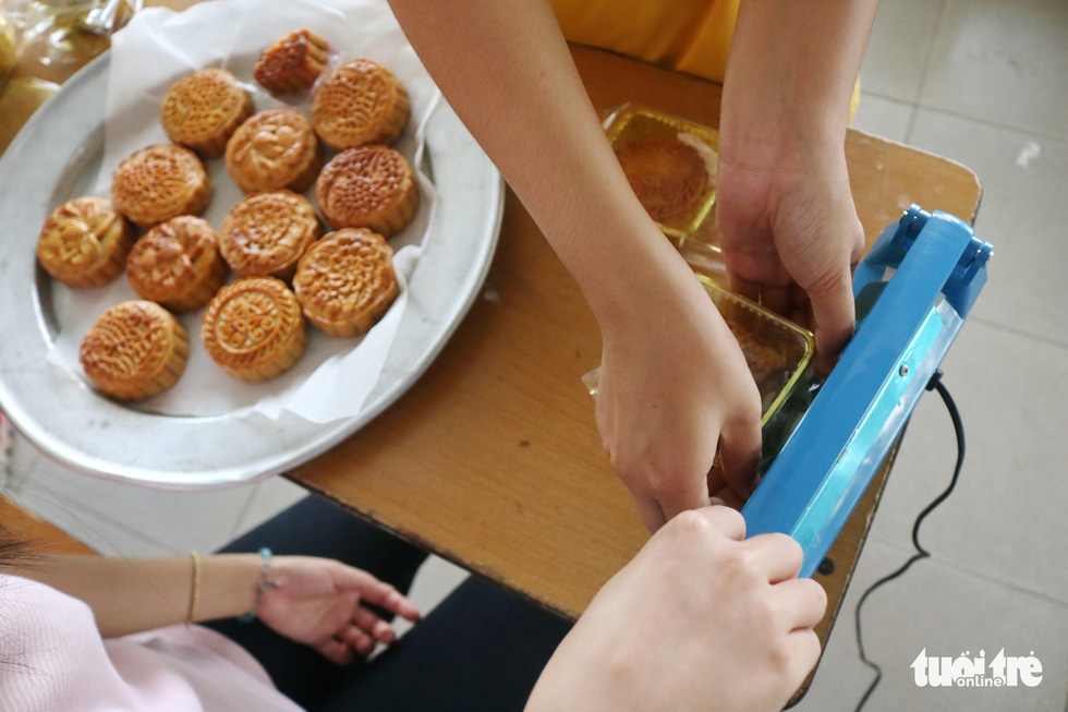 Trẻ em nghèo vui nhận bánh trung thu do sinh viên làm - Ảnh 4.