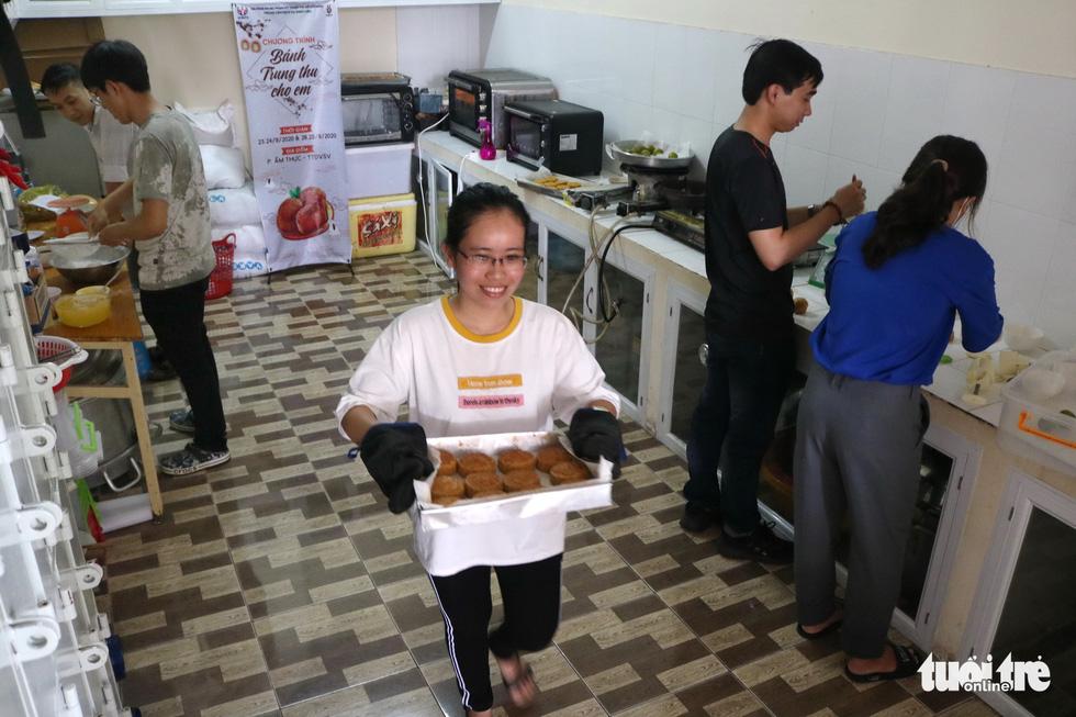 Trẻ em nghèo vui nhận bánh trung thu do sinh viên làm - Ảnh 2.