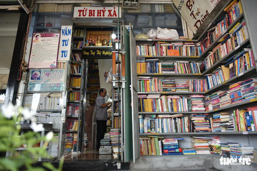 Tiệm sách miễn phí giữa Sài Gòn thu hút từ trẻ nhỏ đến người già - Ảnh 1.