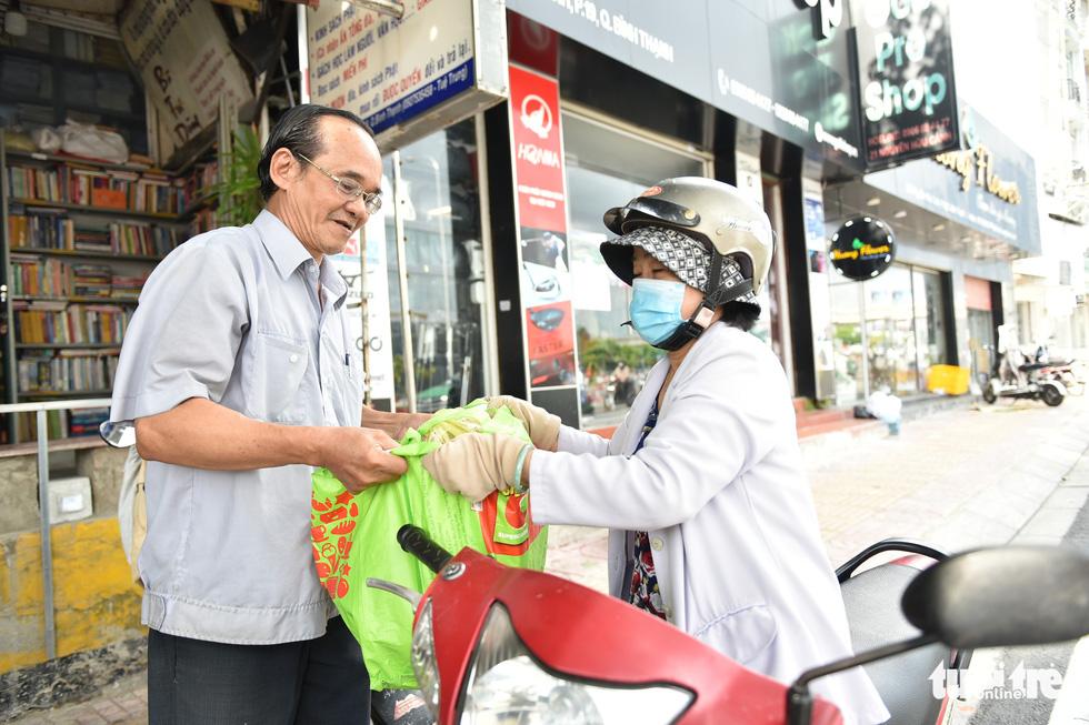 Tiệm sách miễn phí giữa Sài Gòn thu hút từ trẻ nhỏ đến người già - Ảnh 7.