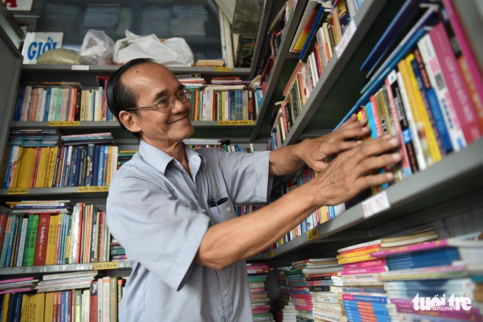 Tiệm sách miễn phí giữa Sài Gòn thu hút từ trẻ nhỏ đến người già - Ảnh 3.