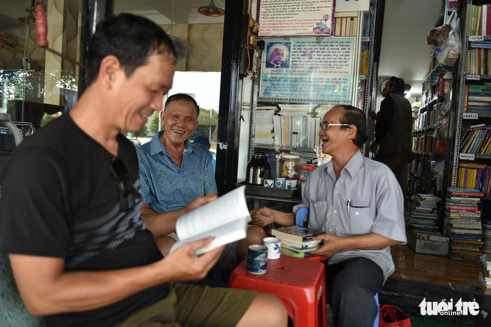 Tiệm sách miễn phí giữa Sài Gòn thu hút từ trẻ nhỏ đến người già - Ảnh 4.
