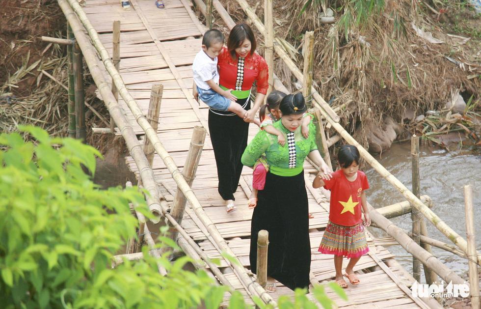 Thầy cô và người dân làm cầu tre tạm để trẻ đi khai giảng ở rốn lũ Nậm Nhừ - Ảnh 3.