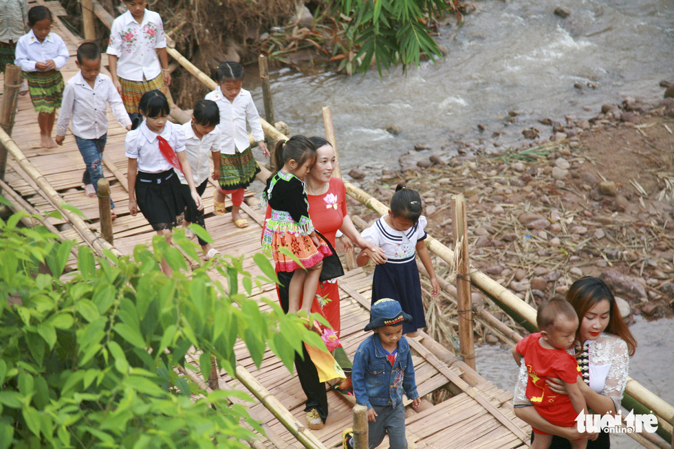Thầy cô và người dân làm cầu tre tạm để trẻ đi khai giảng ở rốn lũ Nậm Nhừ - Ảnh 2.