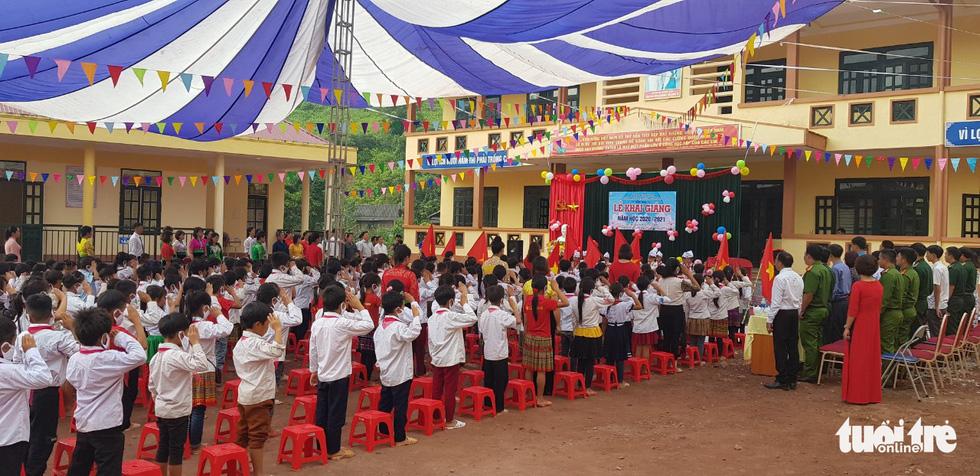 Thầy cô và người dân làm cầu tre tạm để trẻ đi khai giảng ở rốn lũ Nậm Nhừ - Ảnh 7.