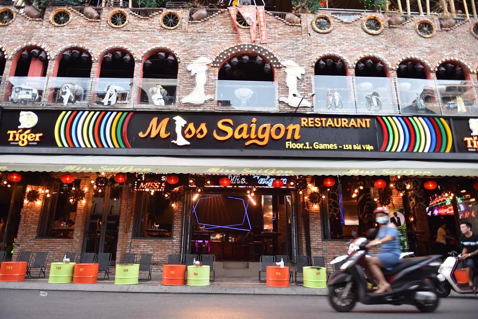 Bar, vũ trường ở Sài Gòn nhộn nhịp 'sáng đèn, lên nhạc' trở lại - Ảnh 4.