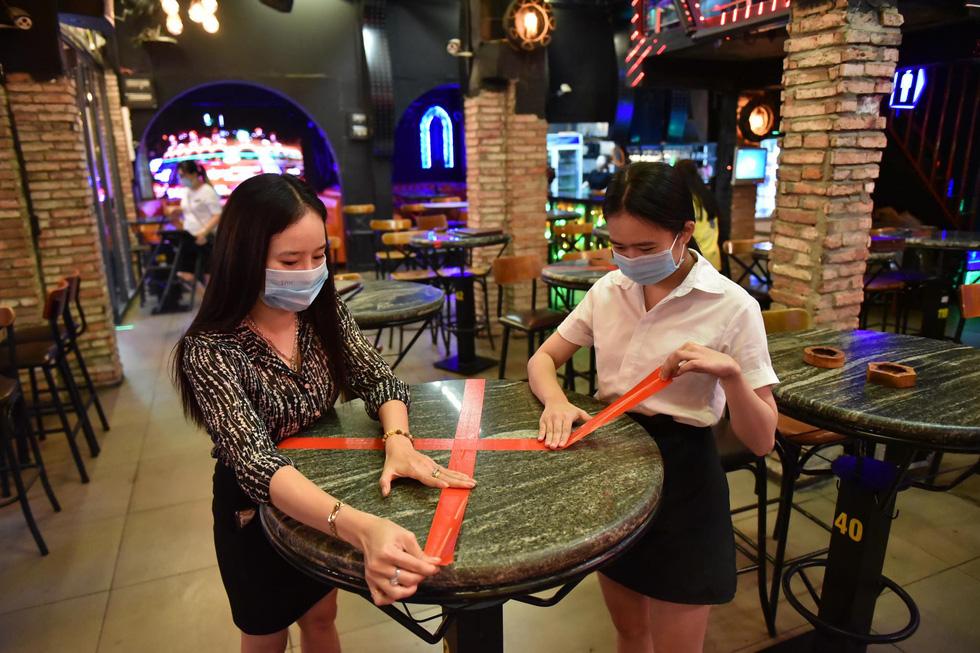 Bar, vũ trường ở Sài Gòn nhộn nhịp 'sáng đèn, lên nhạc' trở lại - Ảnh 3.