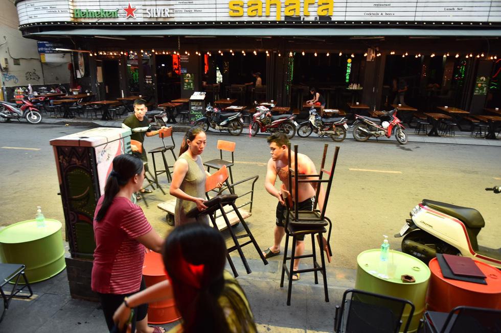 Bar, vũ trường ở Sài Gòn nhộn nhịp 'sáng đèn, lên nhạc' trở lại - Ảnh 8.