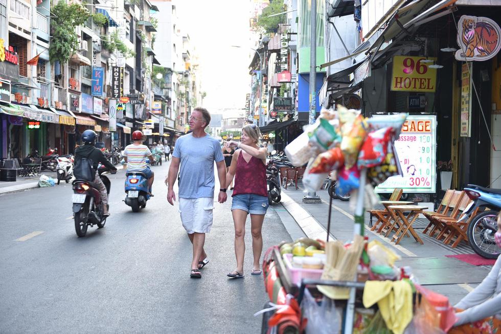 Bar, vũ trường ở Sài Gòn nhộn nhịp 'sáng đèn, lên nhạc' trở lại - Ảnh 5.
