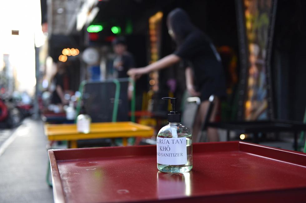 Bar, vũ trường ở Sài Gòn nhộn nhịp 'sáng đèn, lên nhạc' trở lại - Ảnh 6.