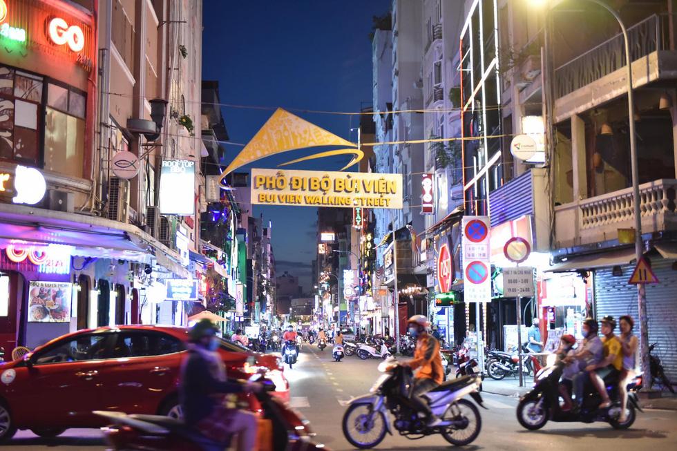 Bar, vũ trường ở Sài Gòn nhộn nhịp 'sáng đèn, lên nhạc' trở lại - Ảnh 10.