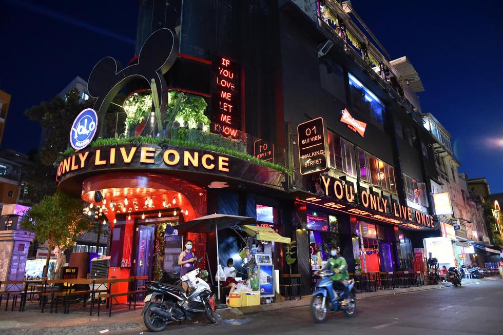 Bar, vũ trường ở Sài Gòn nhộn nhịp 'sáng đèn, lên nhạc' trở lại - Ảnh 2.