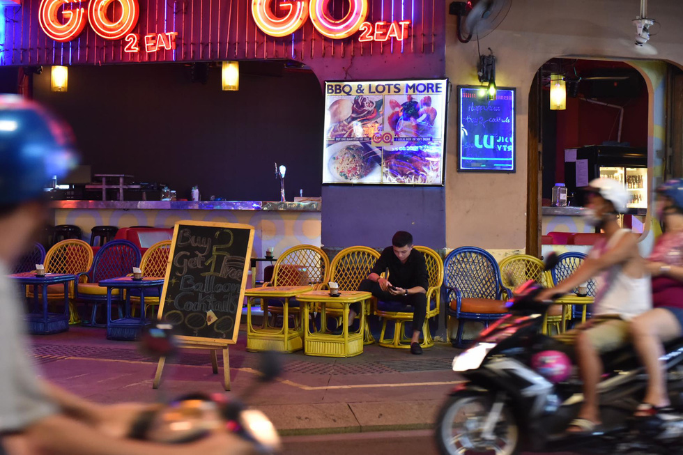 Bar, vũ trường ở Sài Gòn nhộn nhịp 'sáng đèn, lên nhạc' trở lại - Ảnh 11.