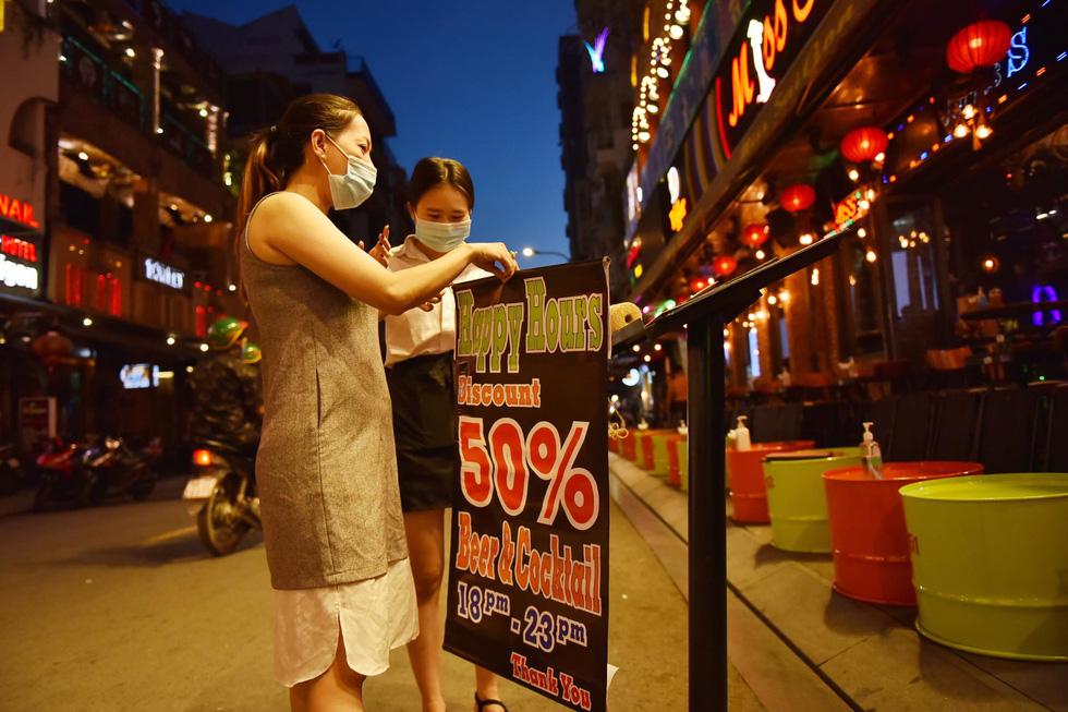 Bar, vũ trường ở Sài Gòn nhộn nhịp 'sáng đèn, lên nhạc' trở lại - Ảnh 7.