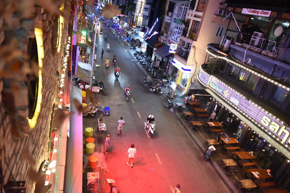 Bar, vũ trường ở Sài Gòn nhộn nhịp 'sáng đèn, lên nhạc' trở lại - Ảnh 12.